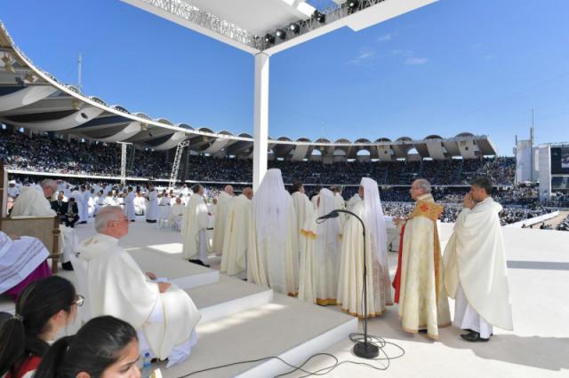 Enkele lokale priesters, ook van oosters-katholieke Kerken, schuiven aan voor de communie © VaticanNews