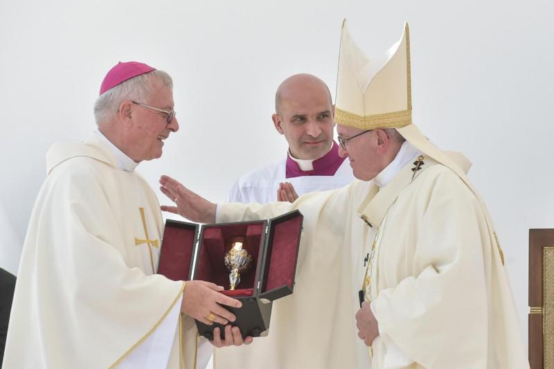 Apostolisch vicaris van Zuid-Arabië Paul Hinder met paus Franciscus bij het begin van de pauselijke eucharistieviering in Abu Dhabi © VaticanNews