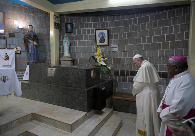 Paus Franciscus bidt voor het graf van de zalige Victoire Rasoamanarivo  © VaticanMedia