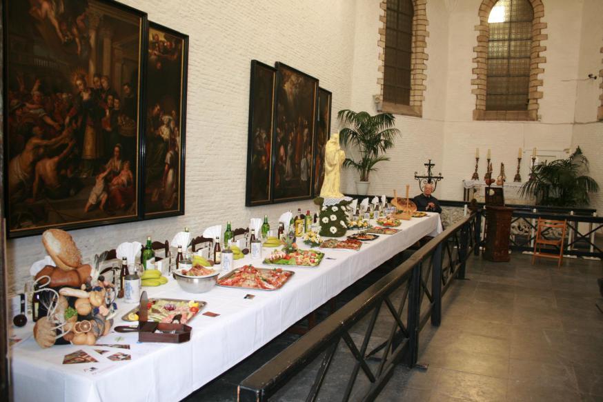 De Pelgrimstafel in het Antwerpse Sint-Julianusgasthuis op Witte Donderdag verwijst expliciet naar het Laatste Avondmaal © vzw Sint-Julianusgasthuis