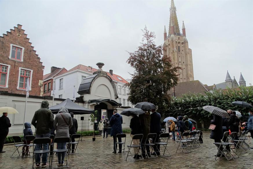 Het voorplein van het bisschopshuis in Brugge op een regenachtige zondagmorgen © Michiel Van Mulders