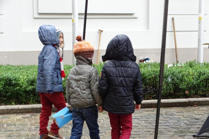 Enkele kinderen maken zich klaar om de boom mee te helpen planten © Michiel Van Mulders