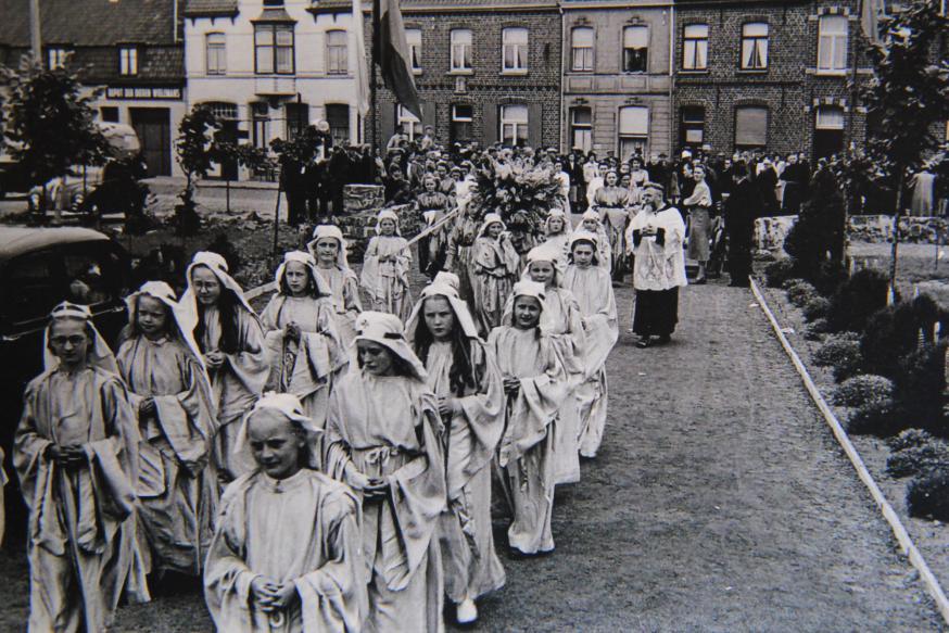 De processie tijdens de opening van de Dankkapel in 1947.