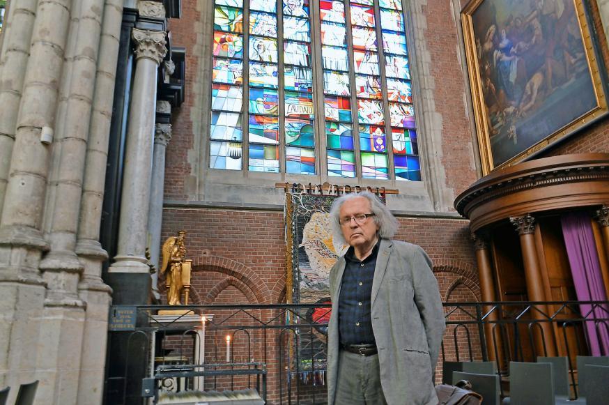 Harold Van de Perre bij het Laudato Si'-glasraam in de Sint-Baafskathedraal. © Bertrand Goethals