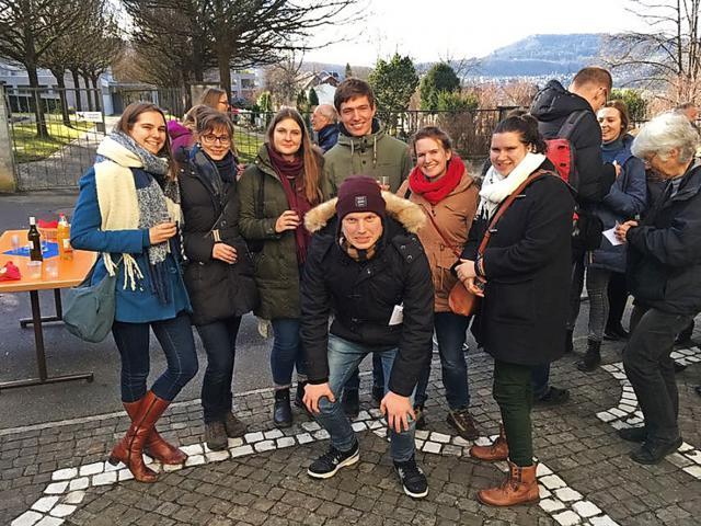 Ellen Eeckhout (links) met andere jongeren op de nieuwjaarsreceptie van hun gastparochie in Zwitserland. Ellen Eeckhout © Ellen Eeckhout
