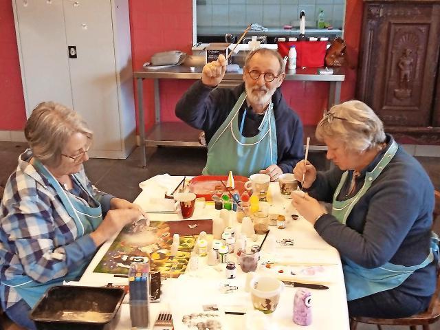 Initiatiefnemers Roland Goossens (midden) en Christine Vandenbranden (rechts) tijdens een crea-atelier. © De Companjong