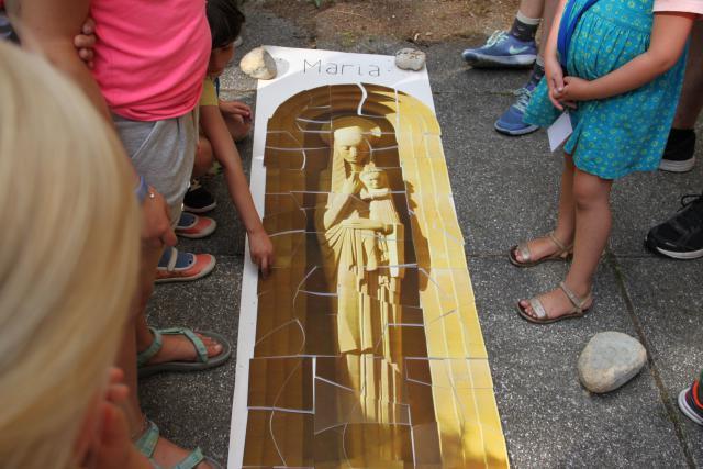 Reconstructie van het Mariabeeld tijdens het familiespel © CCV in het Bisdom Gent, foto: Gezinvolgeloven