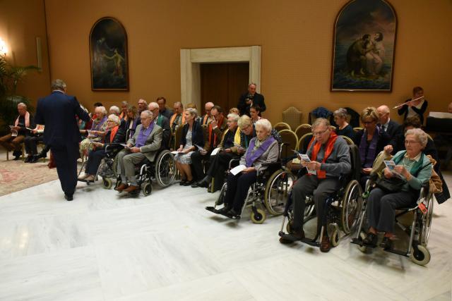 15 mensen met dementie uit een wzc uit Bonheiden mochten zingen met de paus. © Kerknet / rr