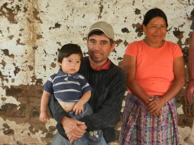 Ricardo González met zijn echtgenote en een van zijn kleinkinderen © Vrienden van Eric Gruloos