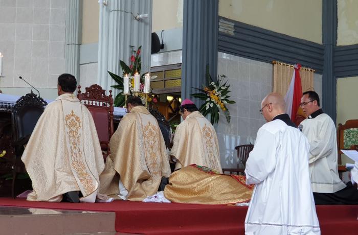 De bisschopswijding in Ruteng vond ondanks de richtlijnen van de overheid toch plaats © Whatsapp/Asianews