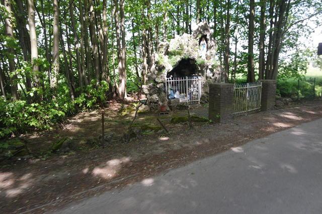 De kleine Lourdesgrot onderweg naar de boskapel