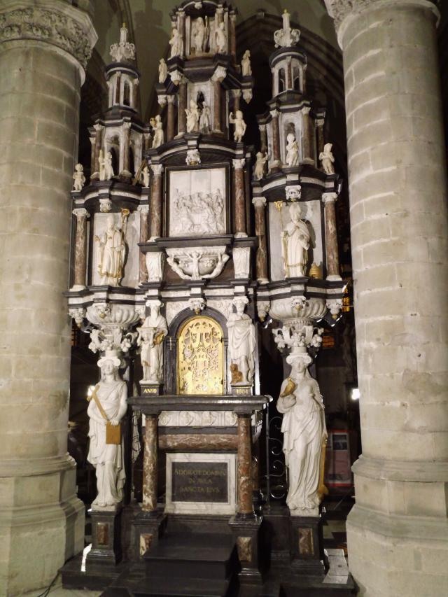 De gerestaureerde sacramentstoren in de Sint-Martinuskerk (Aalst)