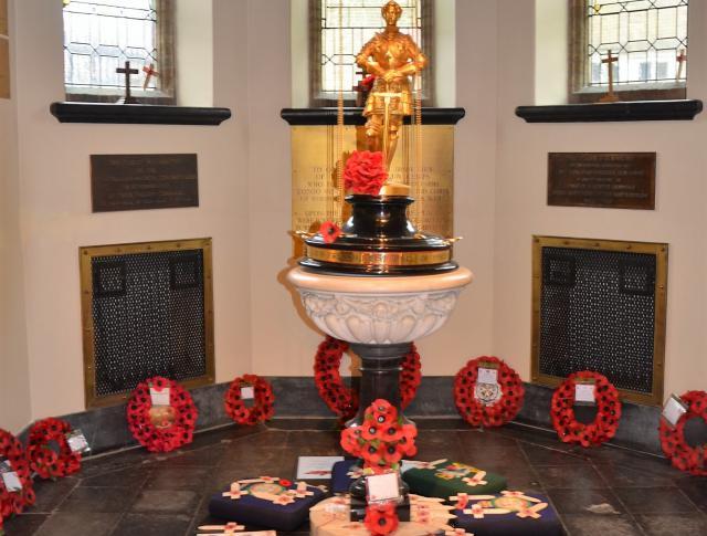 Kransen bij het beeld van Sint-Joris in de Saint-George's Memorial Church © Hellen Mardaga