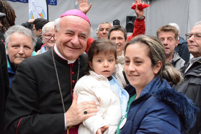 Mgr. Vincenzo Paglia met Syrische vluchtelingen in Antwerpen ter gelegenheid van 50 jaar Sint-Egidiusgemeenschap © Sant'Egidio