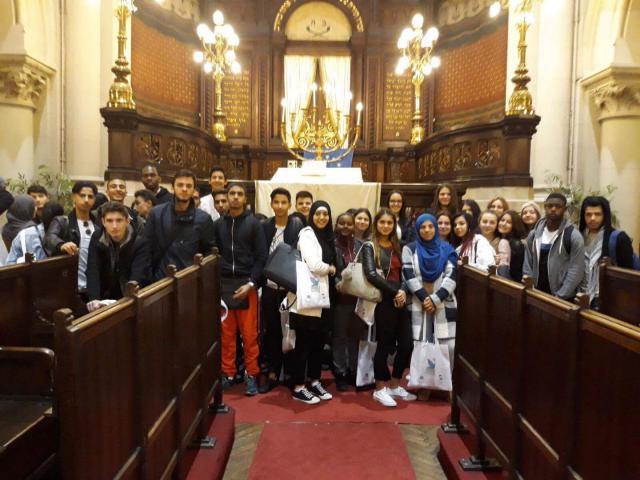 Scholieren van verschillende levensbeschouwingen samen in de Brusselse Grote Synagoge