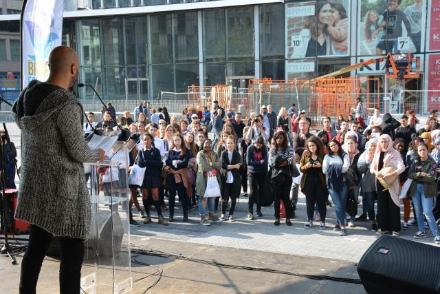 Mohamed El Bachiri spreekt de scholieren op het Brusselse Muntplein toe © Filip Wieërs - Sant'Egidio