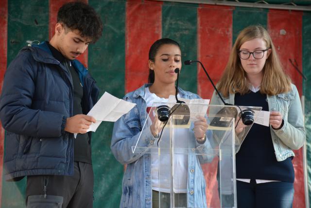 Drie scholieren lezen de vredesoproep van 'Bridges for Peace' voor op het Muntplein © Filip Wieërs - Sant'Egidio