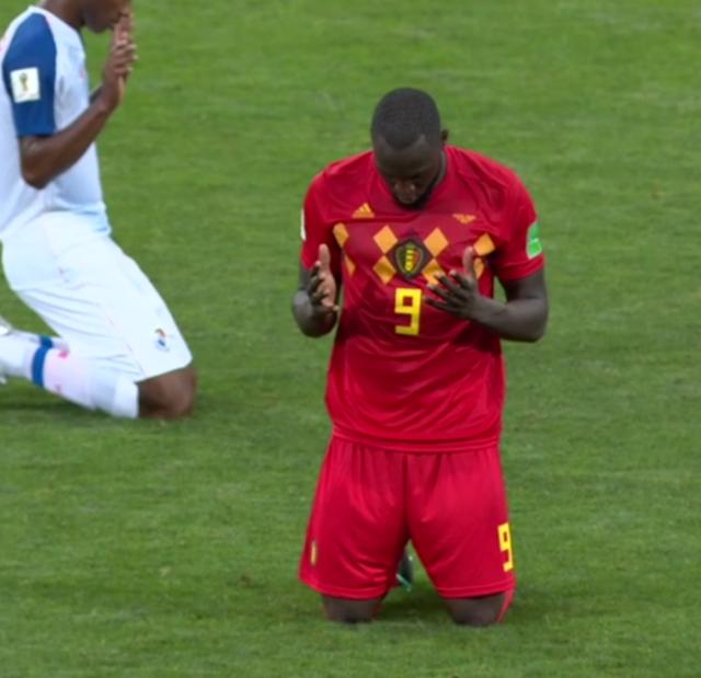 Lukaku bidt na het laatste fluitsignaal tegen Panama. © Sporza