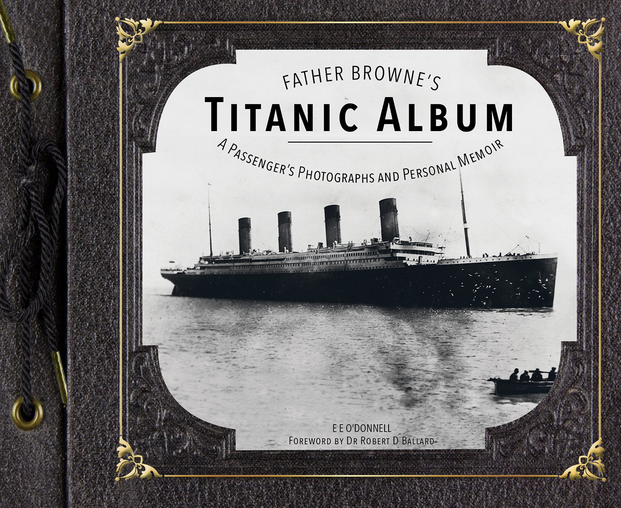 Het boek waarin een selectie van Brownes Titanic-foto's is opgenomen. © rr