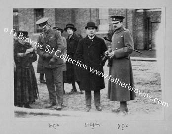 Kipling, wiens zoon is gesneuveld, komt op bezoek aan het front. © rr
