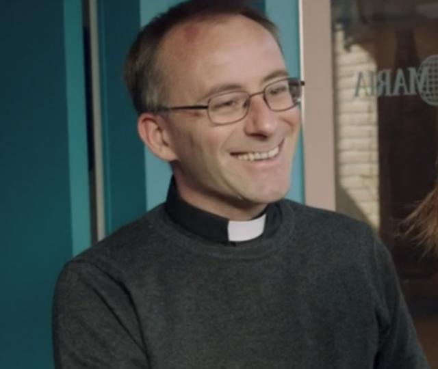 Priester Karlo in 'Durft te vragen'. © VRT