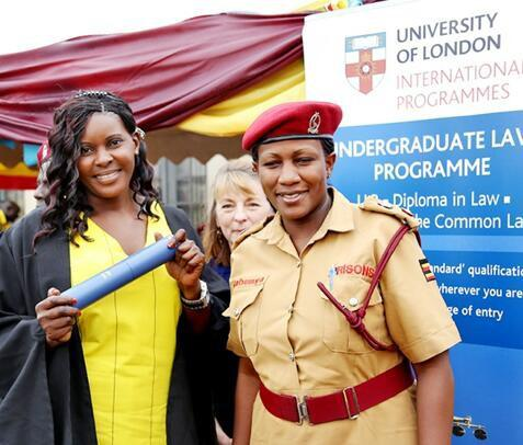 Susan Kigula behaalde in haar gele gevangenisuniform haar eerste diploma rechten  © RR