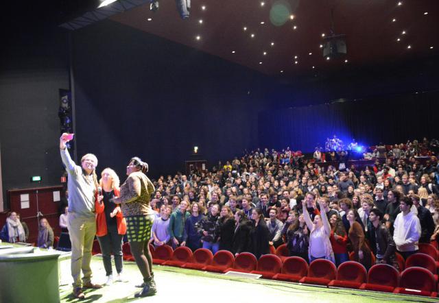 Susan Kigula met scholieren in Theater Elckerlyc in Antwerpen © Sant'Egidio