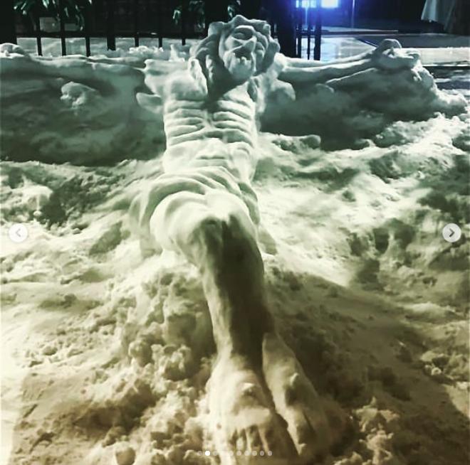 'Mijn Christus van sneeuw', zo noemt pastoor Toño Casado zijn eerste 'beeldhouwwerk' op Insta. © Toño Casado