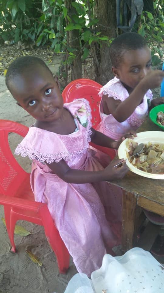 Shalvin, het kindje en haar dorp dat Kelly steunt. © Kelly de Caluwé