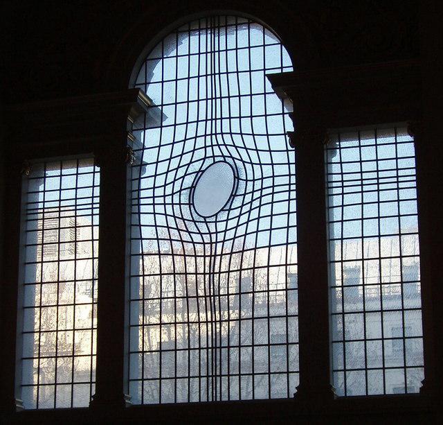 Glasraam door de Iraanse kunstenaar Shirazeh Houshiary in de kerk van Saint Martin's in the Field, Engeland. © WikiCommons
