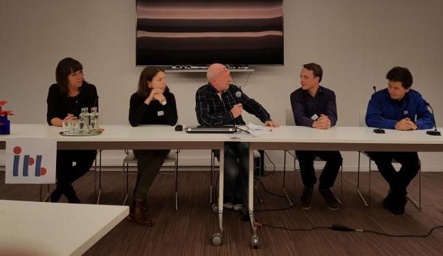Het jongerenpanel met van links naar rechts Sien, Merel, moderator Luk Devisscher, Wim en Raf © IPID