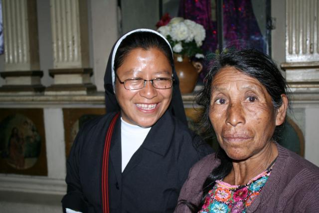 Zuster Silvia Pérez met een inheemse vrouw © Vrienden van Eric Gruloos