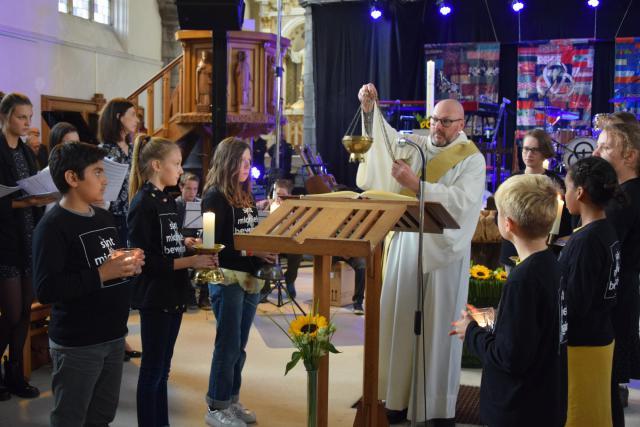 Diaken Curd Fieux bewierookt het evangelieboek © Sint-Michielsbeweging