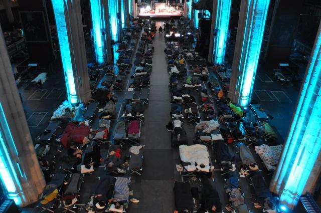 In de kathedraal stonden vierhonderd veldbedjes opgesteld © RR