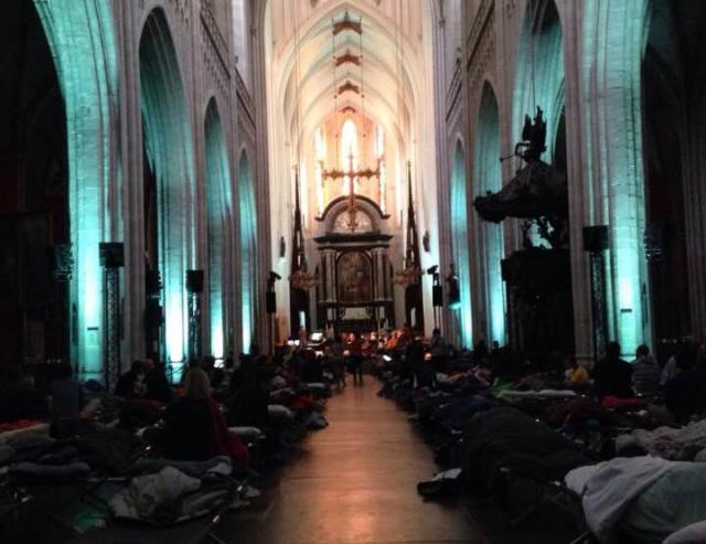 De Antwerpse kathedraal bij het ochtendgloren © RR