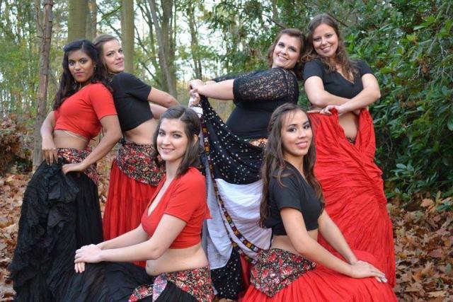 Stéphanie (rechts bovenaan) danst bij Scratch