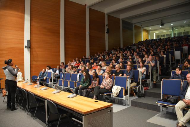 Susan Kigula met studenten in een aula van de Sint-Andriescampus in Antwerpen; dochter Letecia zit op de eerste rij  © Sant'Egidio