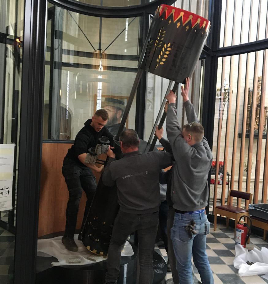 Het nieuwe tabernakel wordt gemonteerd in het vernieuwde noordportaal van de Leuvense Sint-Pieter © HV