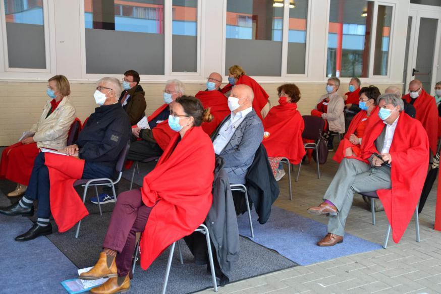 Deelnemers aan de viering van IPB 50+1 jaar, met mondmaskers en gehuld in kardinaalsrode fleecedekentjes © Jeroen Moens