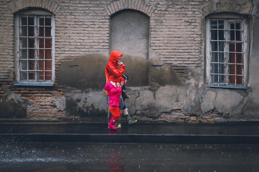 In een scherp Standpunt haalt Tertio-redactrice Kelly Keasberry hard uit naar de Vlaamse regering die zwaar bespaart op de kinderbijslag © RR