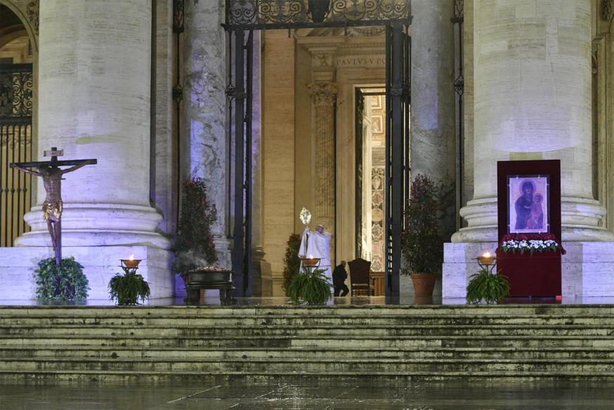 Paus Franciscus tijdens de bijzondere Urbi et Orbi-zegen vrijdagavond 27 maart