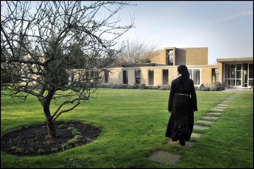 Op weg ... naar de clarissen van het Monasterium Zonnelied in Oostende. © Violet Corbett-Brock