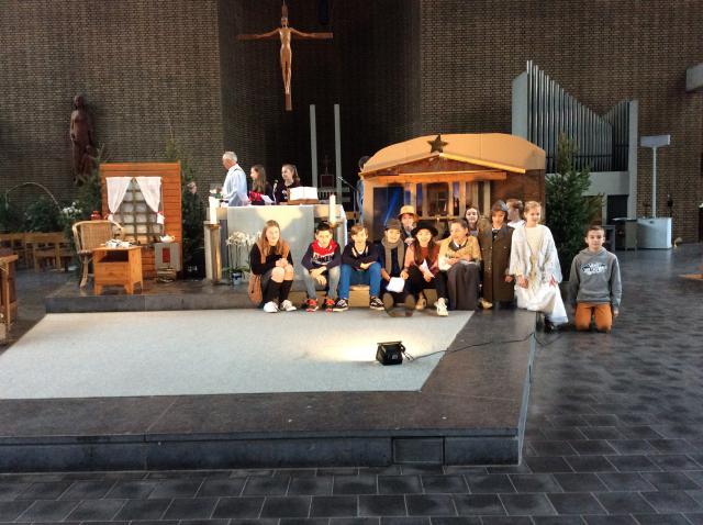De vormelingen spelen een kerstverhaal