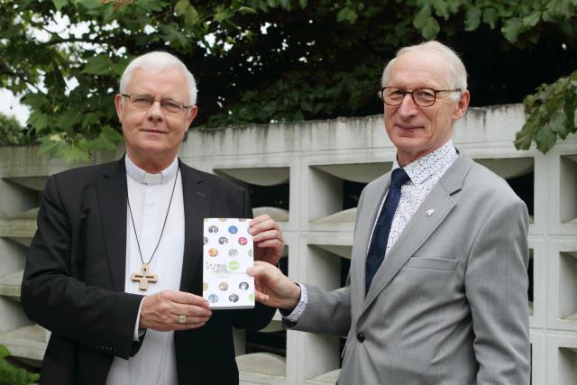 Voorzitter Virga Jessecomité Guido Breban overhandigt een exemplaar van de gids aan bisschop Patrick Hoogmartens © Virga Jessecomité