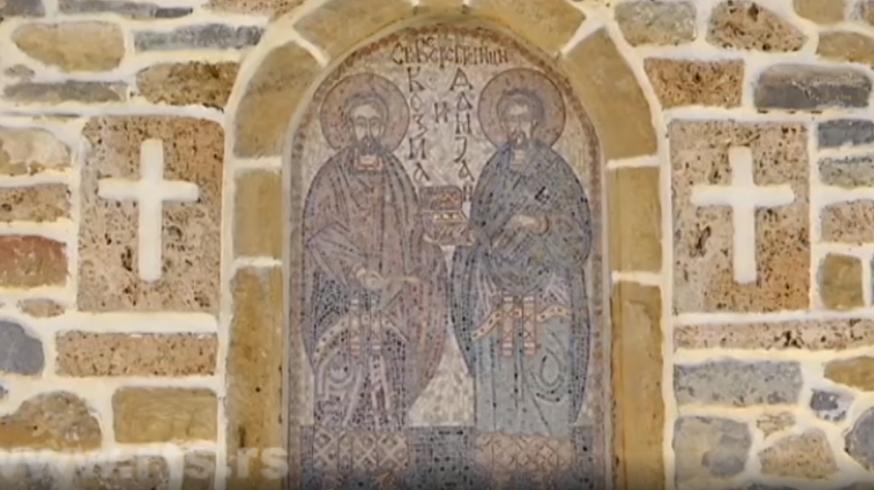 Icoon in de voorgevel van de kloosterkerk in Zociste, die de heiligen Cosmas en Damianus voorstelt; het klooster werd tijdens de oorlog in Kosovo vernield, maar is intussen gerestaureerd © www.rts.rs