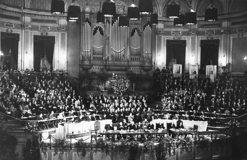 De eerste zitting op 23 augustus 1948 in de Nieuwe Kerk van Amsterdam © WCC