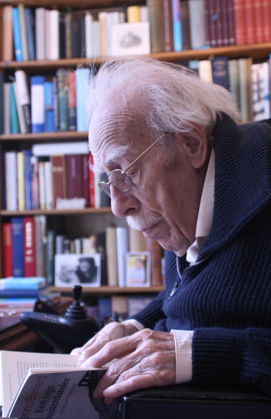 Willem Barnard, verdiept in het boek 'Een vage buitenlander' van zijn zoon Benno. © Renata Barnard