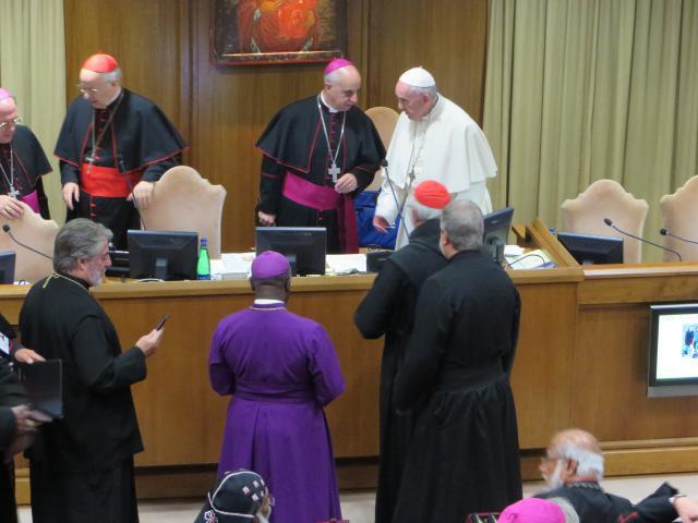 In de pauzes wil iedereen de paus spreken. © evl