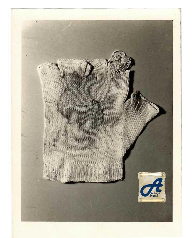 De handschoen Padre Pio, te zien op de tentoonstelling 'Wonde(r)' in KADOC. Ze draagt duidelijk sporen van de wonden in zijn hand. © KADOC