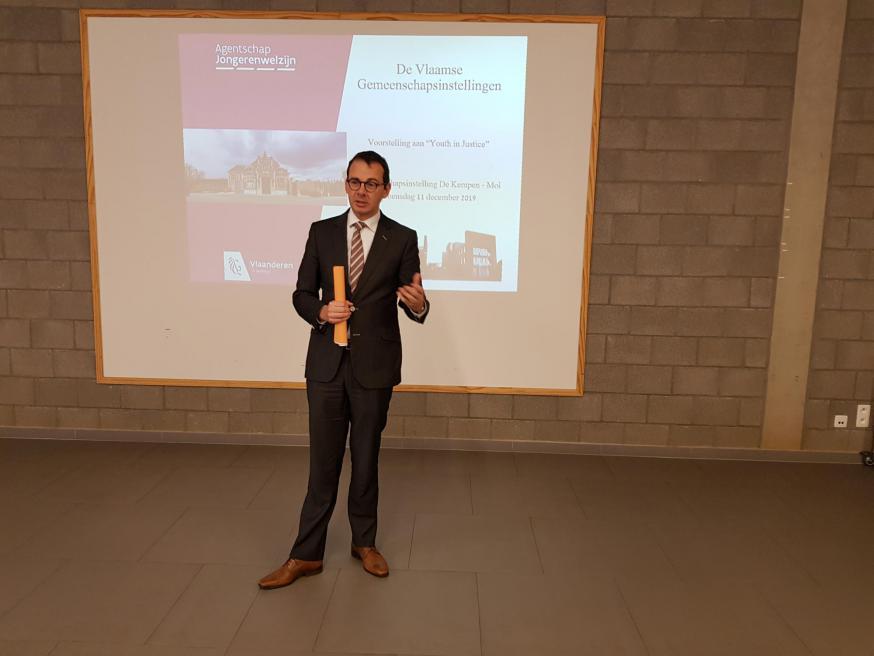Vlaams minister Wouter Beke in de gemeenschapsinstelling De Kempen in Mol © GL